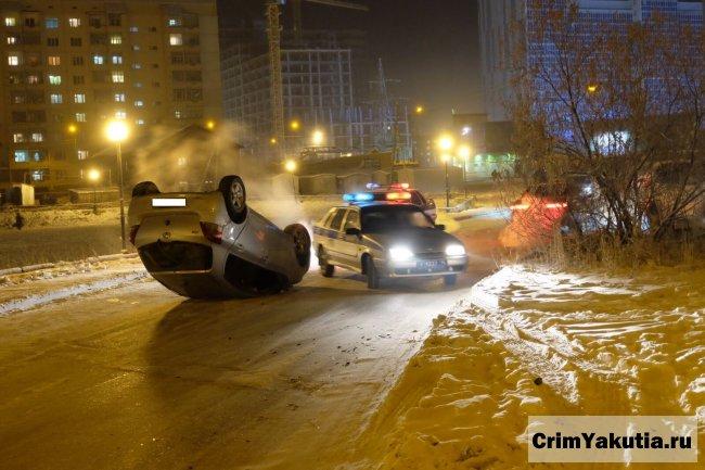 В центре Якутска перевернулась иномарка