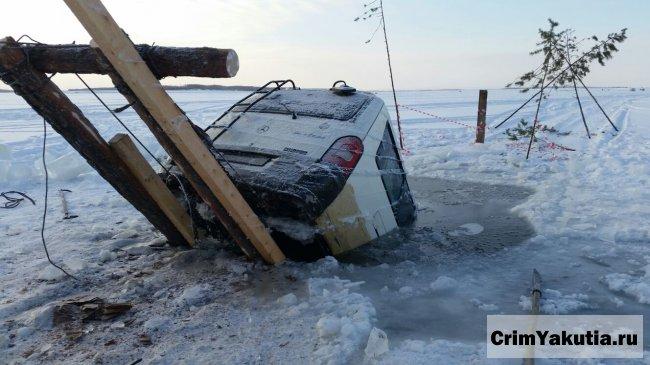 На реке Лена под лед ушел микроавтобус