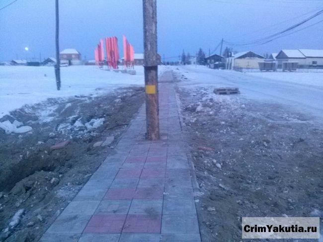 Фотофакт: в Якутии фонарный столб поставили прямо на тротуар