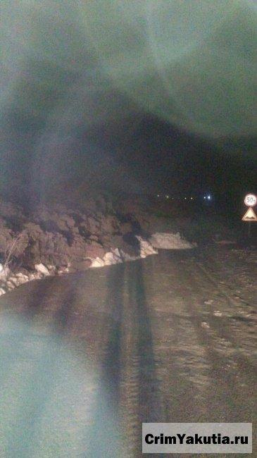 В г. Мирном прорвало дамбу: грязевая сель перекрыла трассу