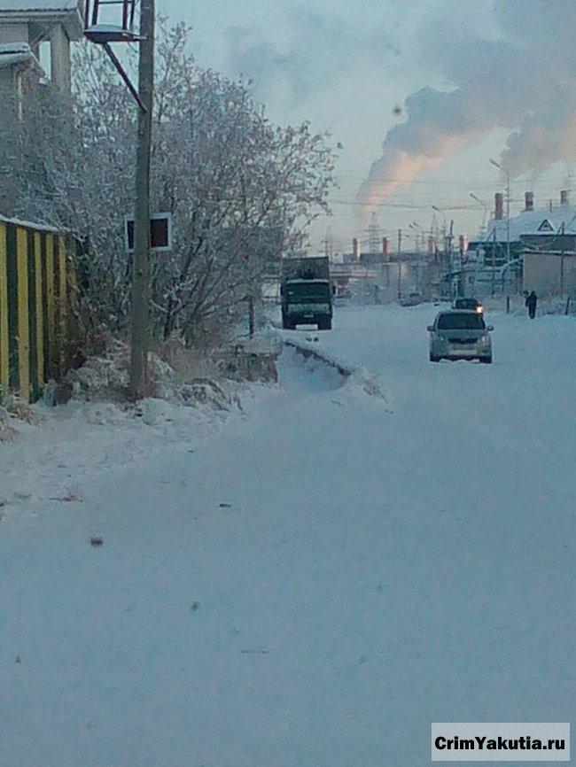 Грузовик провалился на несанкционированный переправе у Якутска
