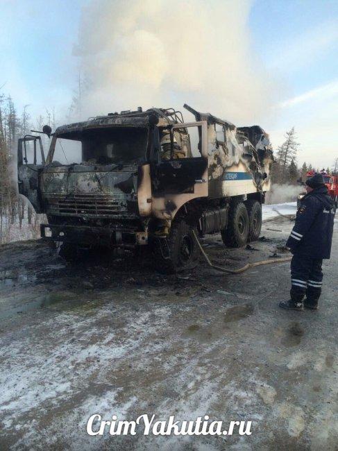 Фотофакт: в Якутии сгорел передвижной пост ГАИ