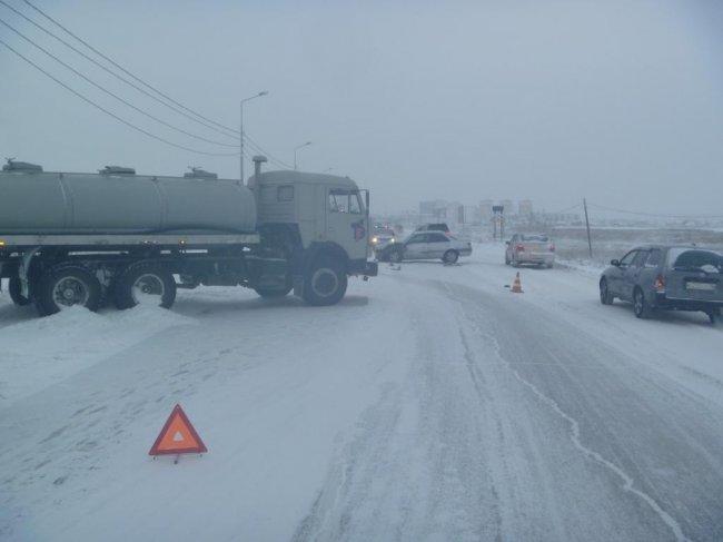 В Якутске легковушка врезалась в КАМАЗ: пострадали три человека