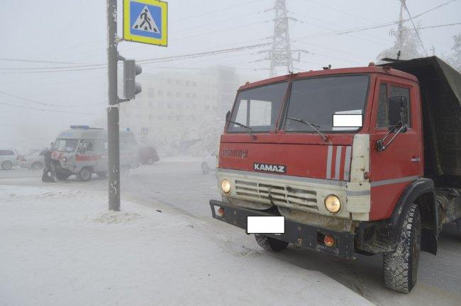 В Якутске КамАЗ столкнулся с машиной «Медицины катастроф»