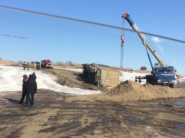 Якутской природоохранной прокуратурой начата проверка по факту опрокидывания грузовика, перевозившего опасный груз