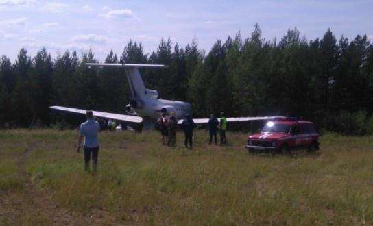 Самолет Як-40 выехал за пределы ВПП в Якутии