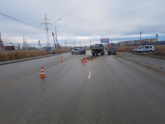 В Якутске произошло столкновение иномарки и грузовика