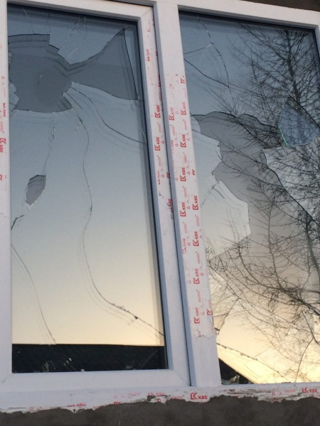 В Якутии мужчины протаранили ворота экс-бутлегера